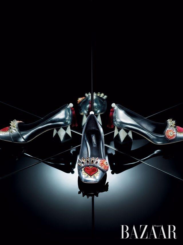 메탈릭한 소재와 상반되는 그래픽적인 패턴의 굽이 돋보이는 펌프스는 1백83만원으로 Dolce & Gabbana