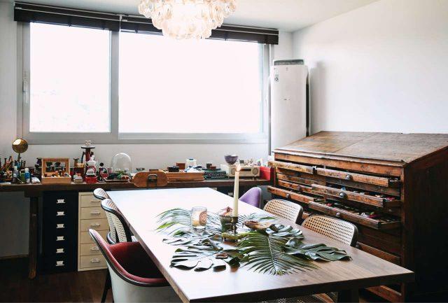 그녀가 가장 많은 시간을 보내는 거실 한쪽의 작업 공간. 브루클린에서 구입한 서랍장이 묵직한 존재감을 드러낸다.