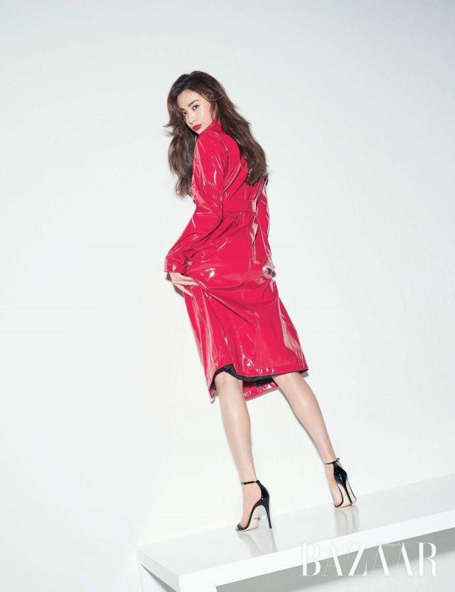 페이턴트 소재의 트렌치코트는 MSGM by ihanstyle.com, 스틸레토 힐은 Gucci 제품.