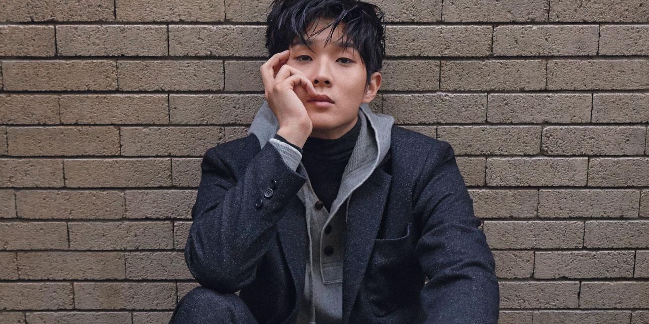 엄마 미소 유발자, 무한하며 무해한 매력의 남자, 자유롭게 세상을 유영하는  '너드' 같은 배우 최우식을 서울의 가장 높은 동네에서 만났다.