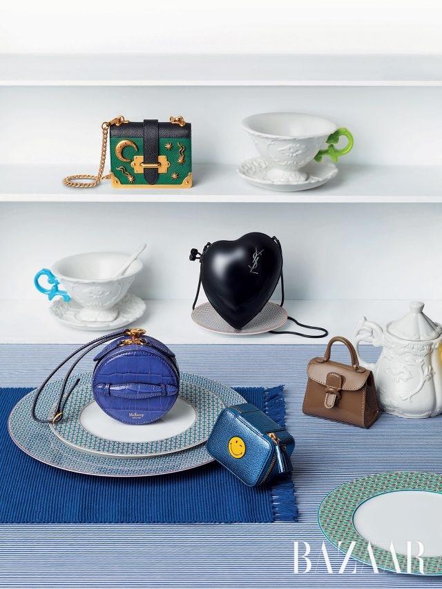 컬러풀한 손잡이가 달린 바로크 스타일의 찻잔 세트와 스푼, 슈거포트는 모두 Seletti by Beaker, 기하학적인 패턴의 접시는 모두 Hermès, 플레이스 매트와 스트라이프 패턴 식탁보는 모두 Zara Home 제품.