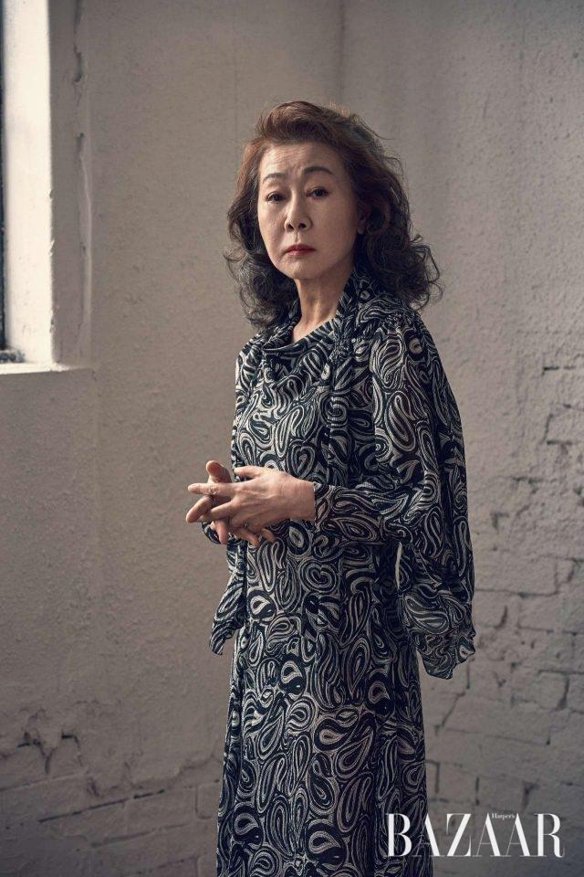 페이즐리 패턴의 시폰 원피스는 Hermès 제품.
