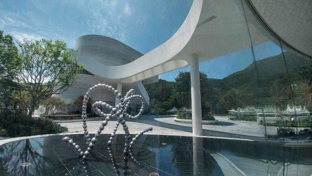 쳉이 부회장으로 있는 뉴 월드 그룹에서 건설한 마운트 파빌리아. 예술, 디자인, 건축물이 합체된 혁신적인 조각 공원으로 홍콩 클리어 워터 베이에 오픈했다. 건축가 조민석이 참여했으며 타티아나 프루베 등 세계적 작가들의 작품을 감상할 수 있다. 사진 속 작품은 장 미셸 오토니엘의 'Clear Water Bay's Rebounds'(2015)