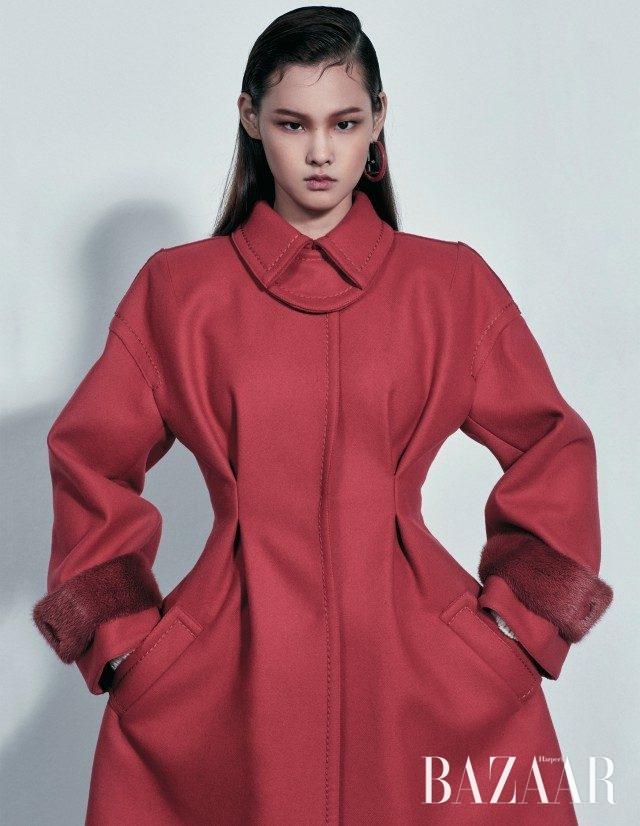 허리 라인이 강조된 코트는 4백41만원, 로고 모티프 귀고리는 가격 미정으로 모두 Fendi 제품.