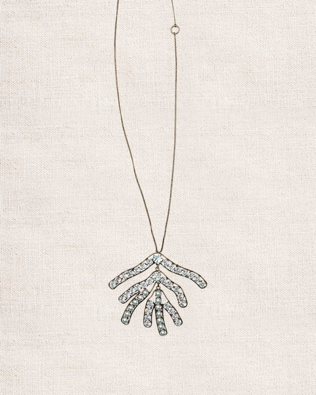 잎사귀 모티프의 주얼 장식 펜던트 목걸이는 가격 미정으로 Céline