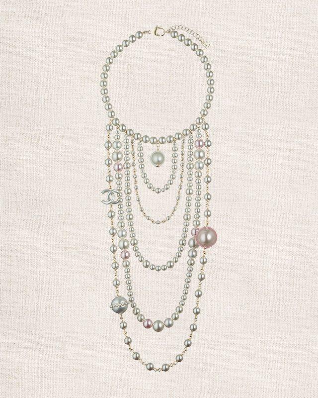 다양한 사이즈와 컬러의 진주가 아티스틱하게 어우러진 목걸이는 가격 미정으로 Chanel