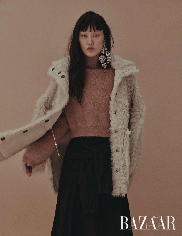 리버서블 시어링 재킷은 4백만원대로 Yves Salomon, 앙고라 니트 톱은 1백40만원으로 Tom Ford, 여러 방향으로 묶어 연출할 수 있는 스커트는 75만8천원으로 Joseph, 플라워 모티프의 화려한 주얼 귀고리는 1백25만원으로 Burberry 제품.