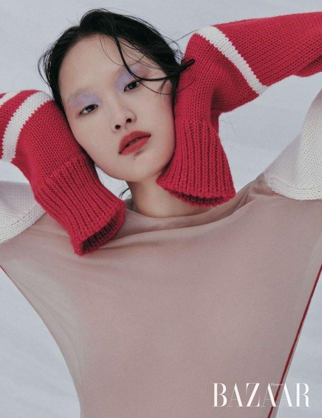 니트 워머가 믹스된 시스루 톱은 Calvin Klein 205W39NYC 제품.