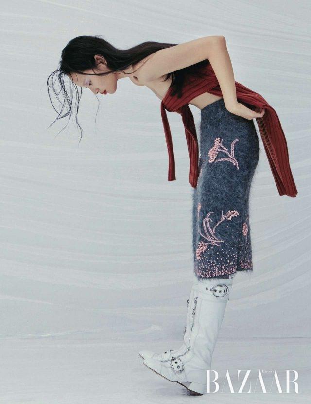 가슴에 묶어 연출한 니트 드레스는 67만8천원으로 Joseph, 앙고라 스커트는 Prada, 버클 디테일의 부츠는 2백만원대로 Miu Miu 제품.
