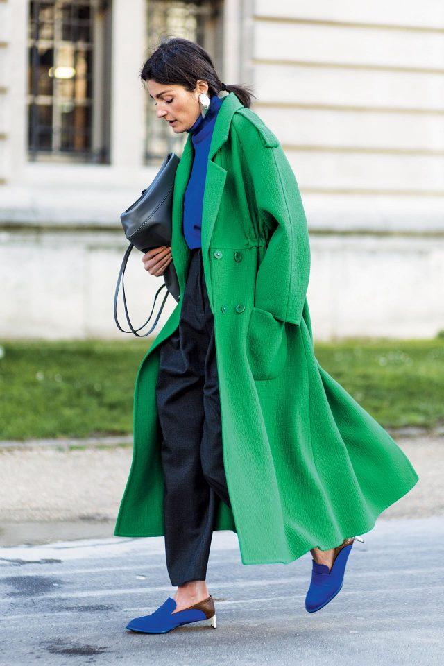 그린과 블루의 원색적인 컬러 플레이가 돋보이는 맥시 코트 룩.