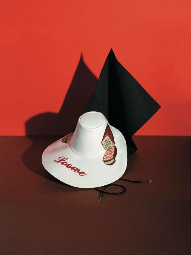 토스트가 프린트된 유니크한 실루엣의 플로피 모자는 86만원으로 Loewe