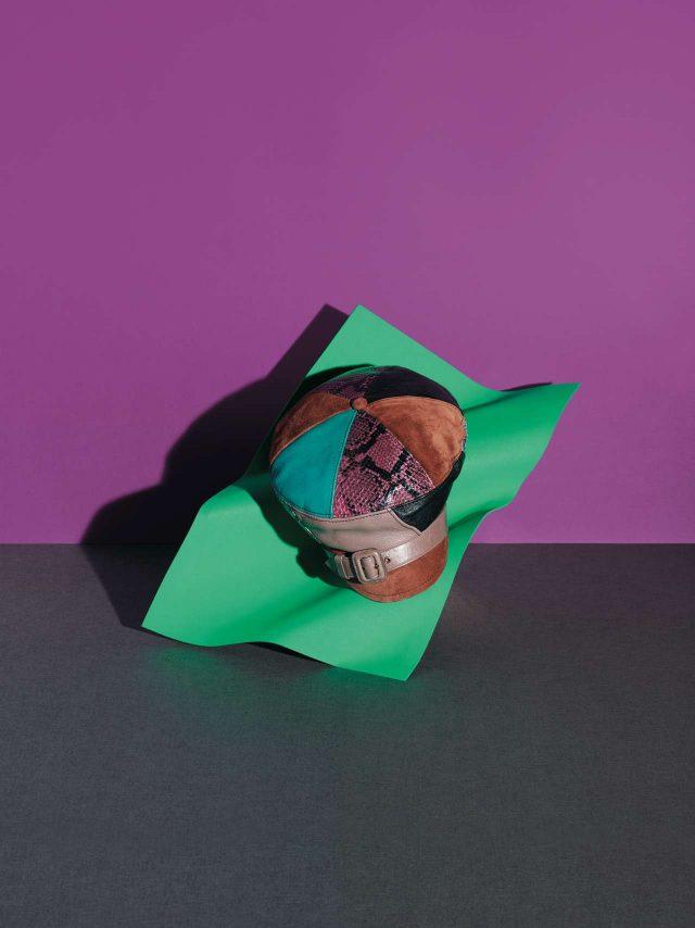 다양한 가죽 패치워크로 빈티지한 멋을 더한 헌팅캡은 1백10만원대로 Prada