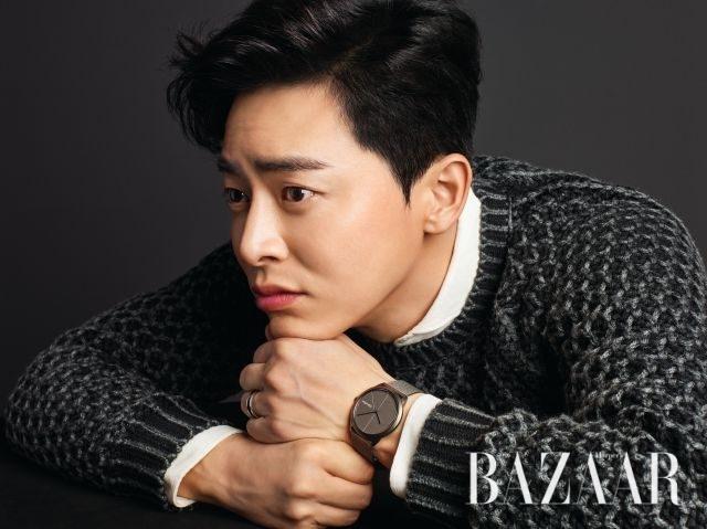 코튼 소재 셔츠는 Man On The Boon, 니트 톱은 Tod's, 매트한 재질의 시계, 반지는 모두 Calvin Klein Watches & Jewelry 제품.