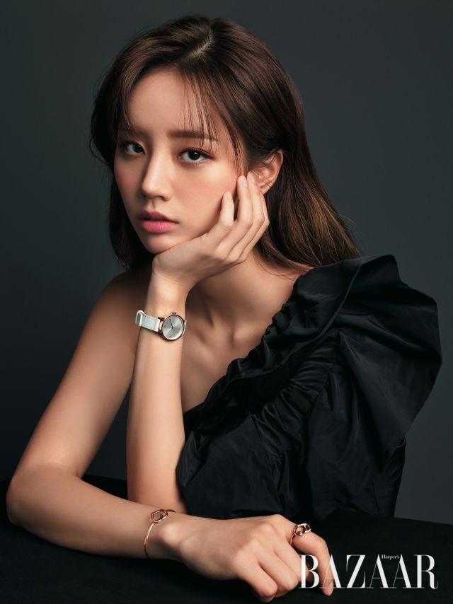 원 숄더 드레스는 Urbanoutfitters, 가죽 시계, 하트 모티프의 반지와 팔찌는 모두 Calvin Klein Watches & Jewelry 제품.