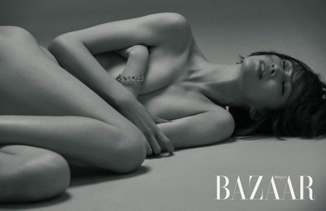 카넬리안과 자개가 부채꼴 모양으로 세팅된 '뉴 디바스 드림 컬렉션' 팔찌는 Bulgari 제품.