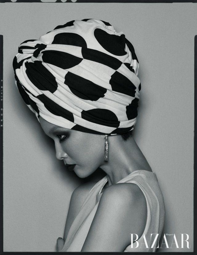 슬리브리스 드레스는 Escada, 태슬 모양의 '폼폰' 귀고리는 9천만원대로 Boucheron 제품.