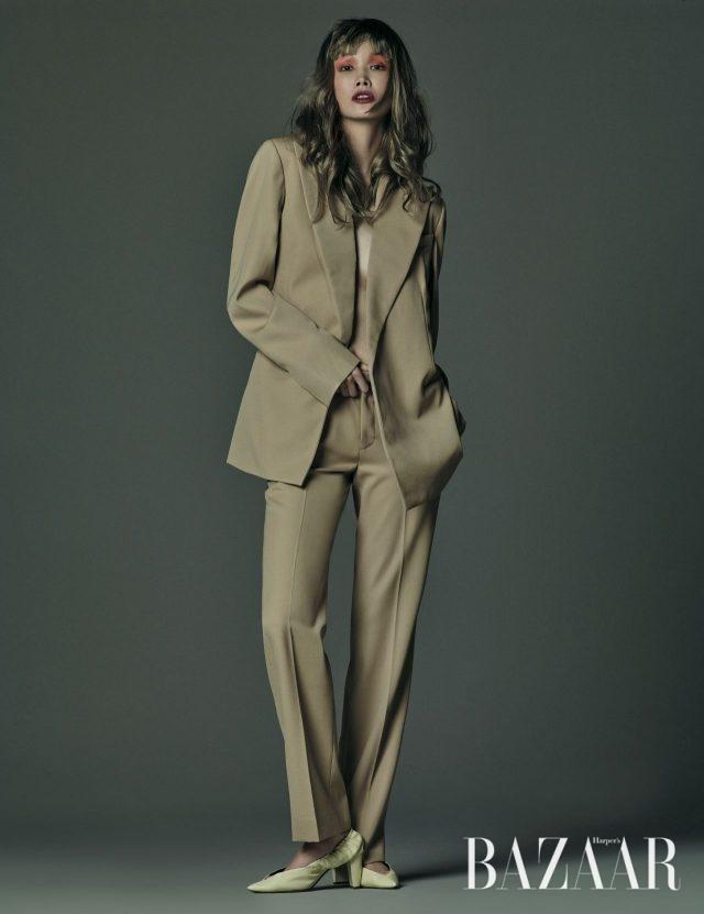 모던한 재킷, 팬츠, 개더 장식 슈즈는 모두 Céline 제품.