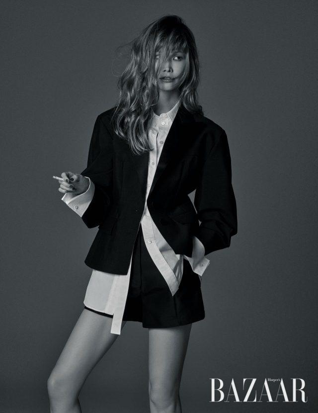 오버사이즈 소매가 돋보이는 재킷, 언밸런스한 플래킷의 셔츠, 쇼츠는 모두 Louis Vuitton 제품.
