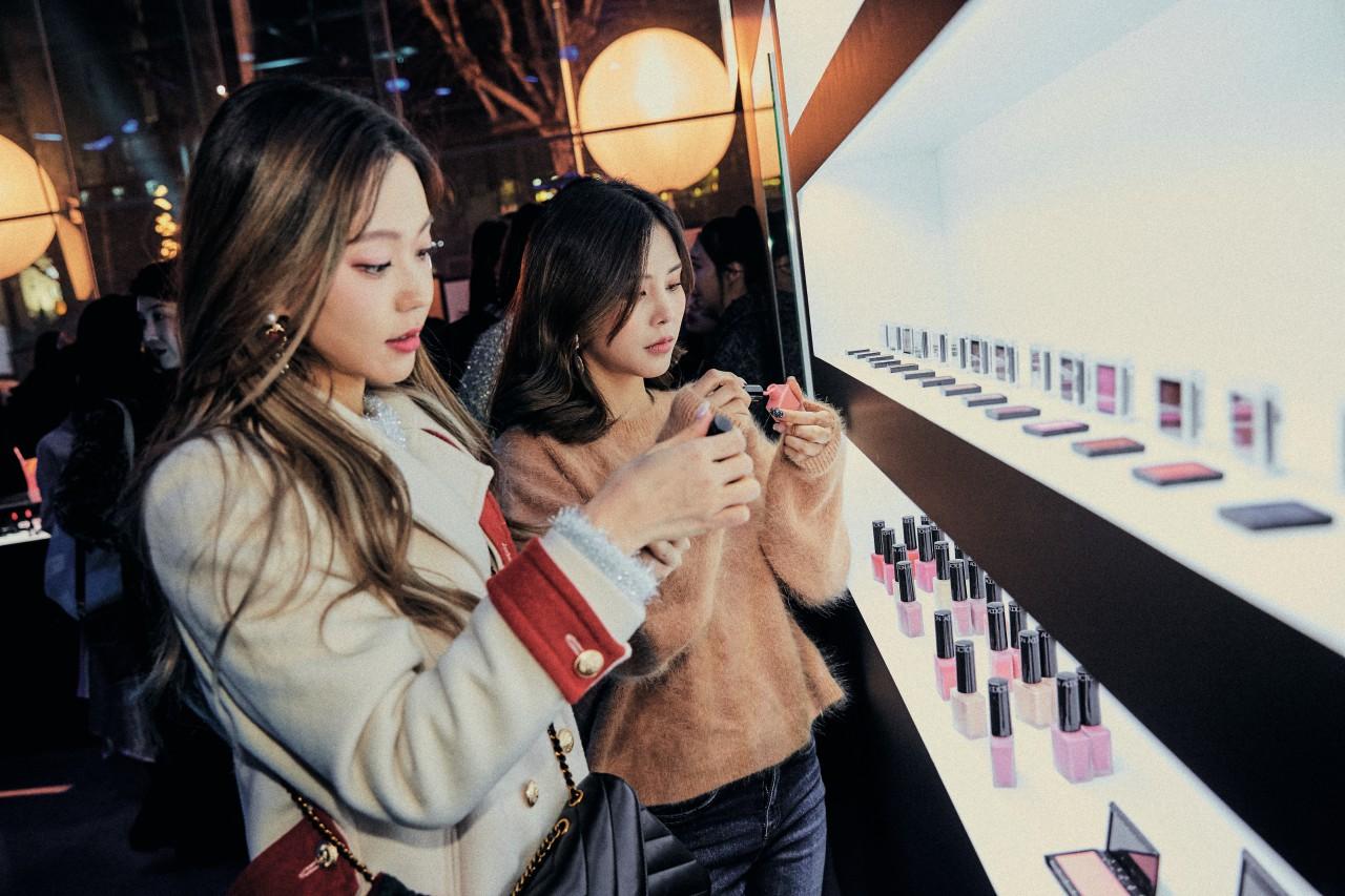 한국 론칭 1주년을 맞은 어딕션이 성대한 생일파티를 열었다.  크리에이티브 디렉터 아야코의 바람처럼, 각자의 아름다움을 한껏 살린 사람들이 모인 파티는 브랜드 이름만큼 중독적이었다.