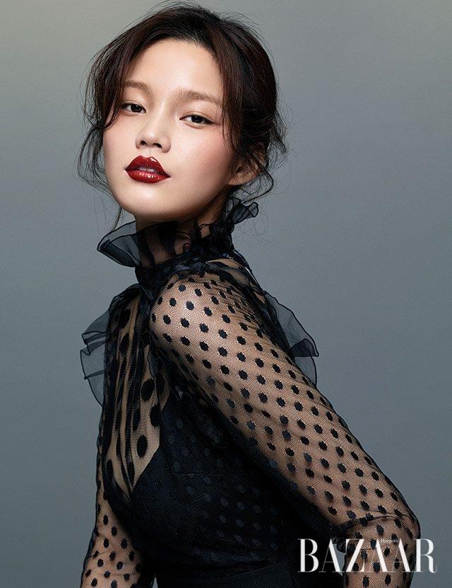 도트 패턴의 시스루 드레스는 Blugirl 제품.
