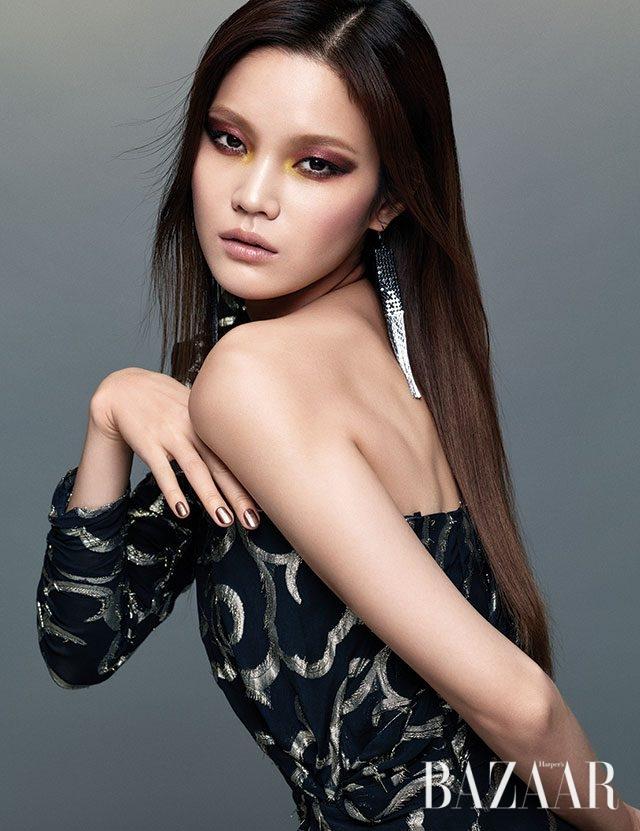 원 숄더 드레스는 Isabel Marant, 드롭 귀고리는 Zara 제품.