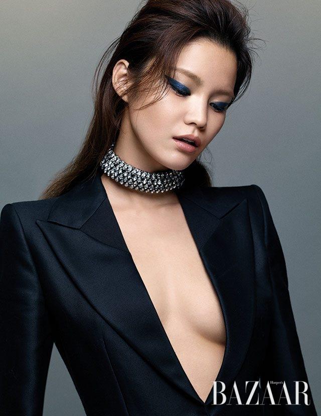 클리비지를 드러낸 턱시도 점프수트는 Bottega Veneta, 주얼 초커는 Chanel 제품.