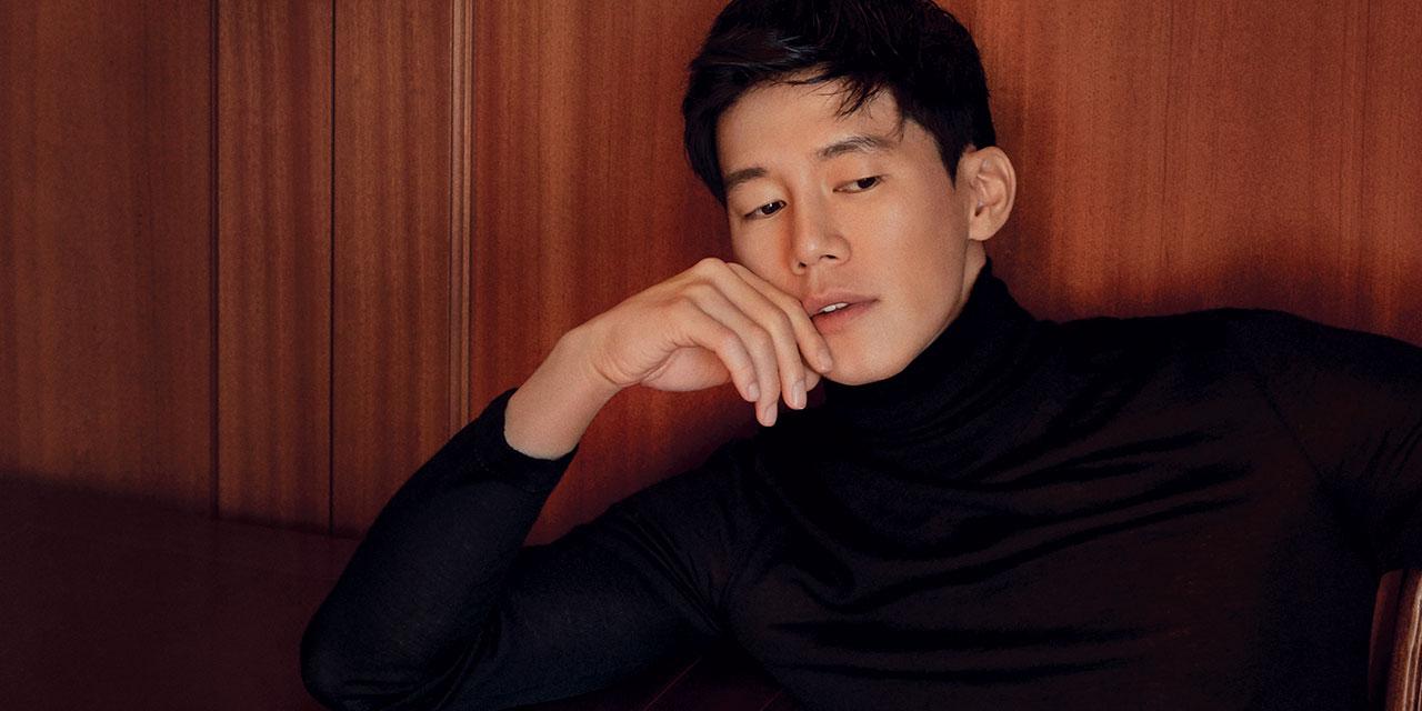 배우 김무열의 얼굴은 투명과 불투명 사이 경계에 존재한다. 실체와 깊이를 가늠할 수 없는 비밀스러운 그가 영화 <기억의 밤>으로 돌아왔다.
