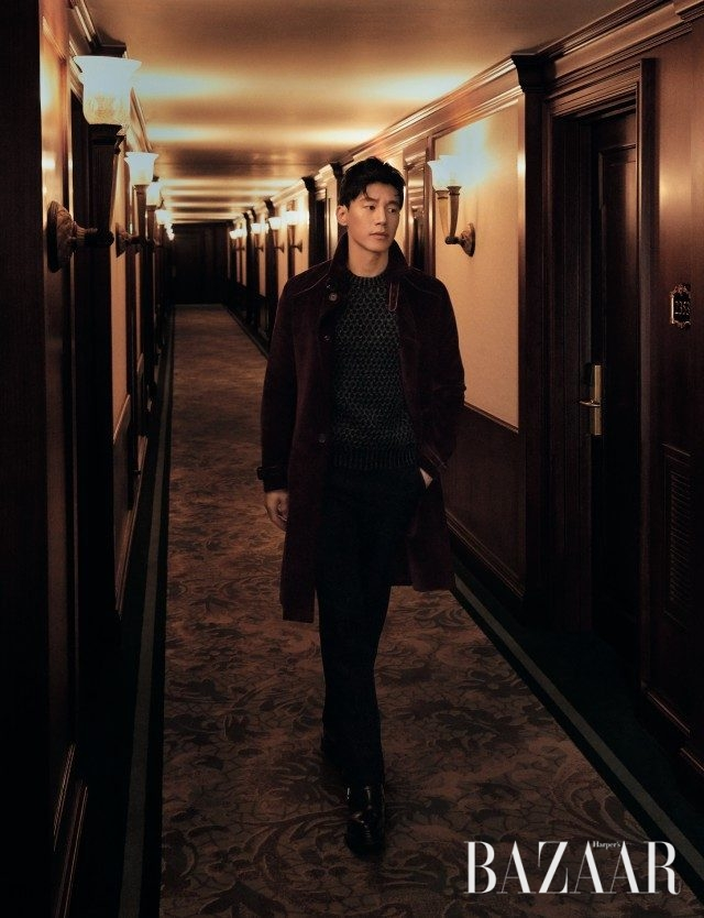 코듀로이 소재의 트렌치코트, 부츠컷 팬츠는 모두 Prada, 니트 톱은 Tod's, 앵클부츠는 Hermès 제품.