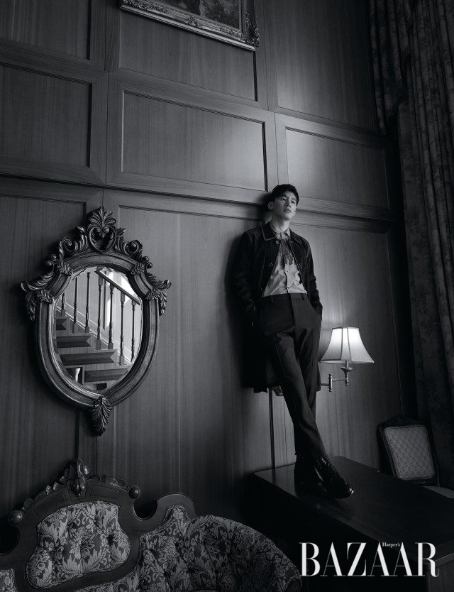 스웨이드 소재의 트렌치코트, 엠브로이더리 장식의 셔츠, 팬츠는 모두 Salvatore Ferragamo, 스웨이드 포인트의 레이스업 워커는 Christian Louboutin 제품.