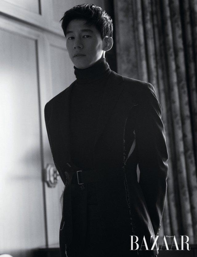 벨티드 디테일의 재킷은 Comme des Garçons Homme Plus, 터틀넥은 Hermès, 조거 팬츠는 Ermenegildo Zegna 제품.