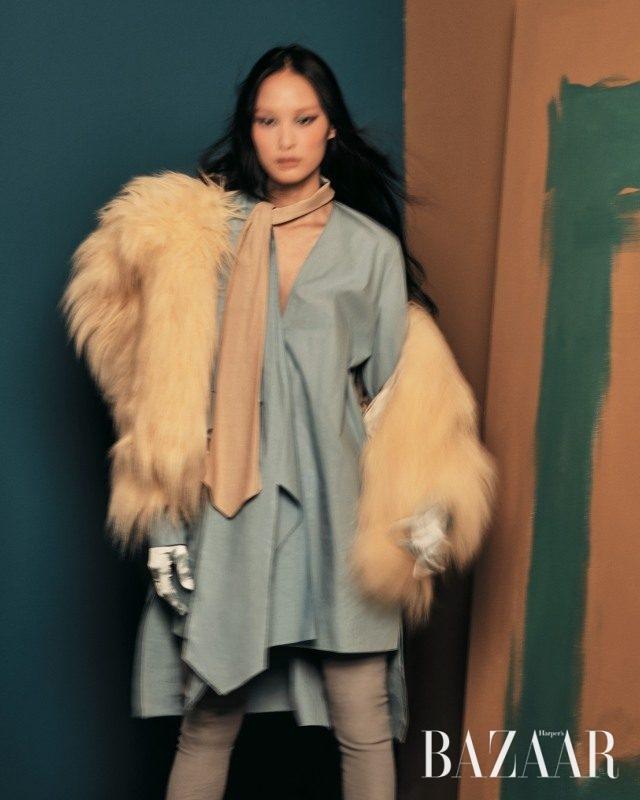 긴 헤어와짧은 길이감이 돋보이는 에코 퍼 코트는 2백80만원대로 Miu Miu, 스카프 디테일이 더해진 미니 드레스는 Fendi, 가죽 사이하이 부츠는 Nina Ricci 제품.