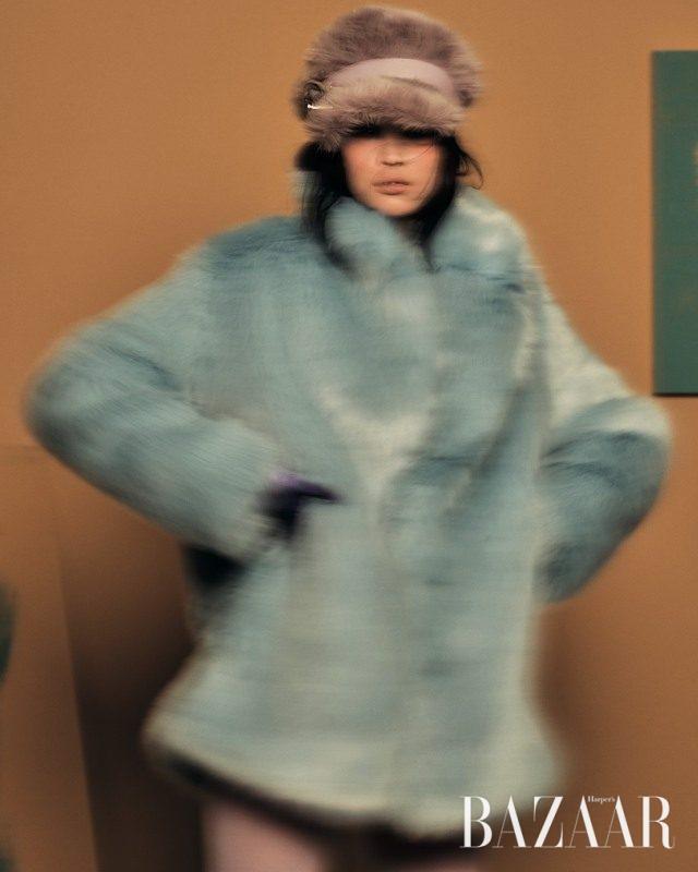 풍성한 실루엣의 에코 퍼 코트는 13만9천원으로 H&M,버클 장식의 에코 퍼 모자는 Miu Miu 제품.