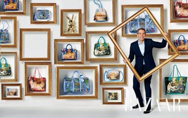 자신의 새로운 루이 비통 마스터즈 컬렉션 백들과 함께 포즈를 취한 그림 속의 제프 쿤스.