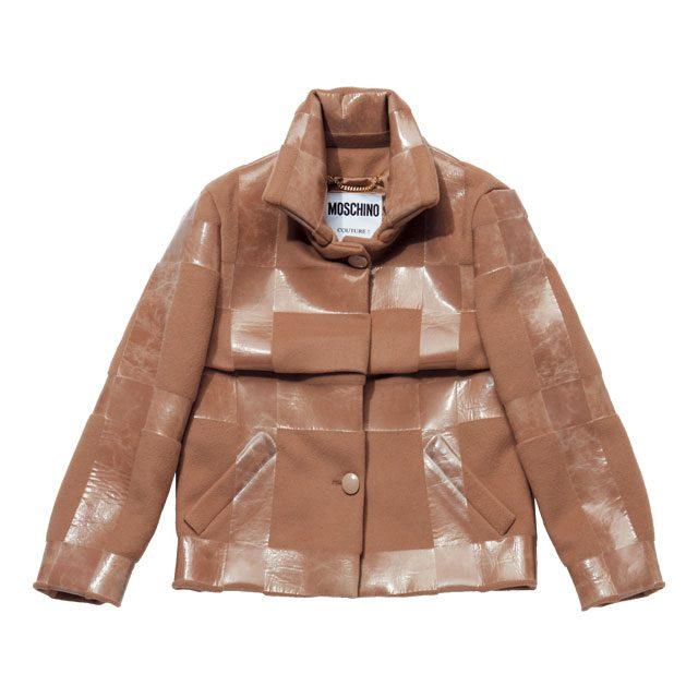 글로시한 격자무늬의 재킷과 스커트는 모두 가격 미정으로Moschino