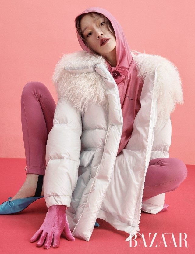 패딩 점퍼는 가격 미정으로 Sacai, 윈드브레이커, 벨벳 장갑, 팬츠, 슈즈는 모두 가격 미정으로 Balenciaga 제품.
