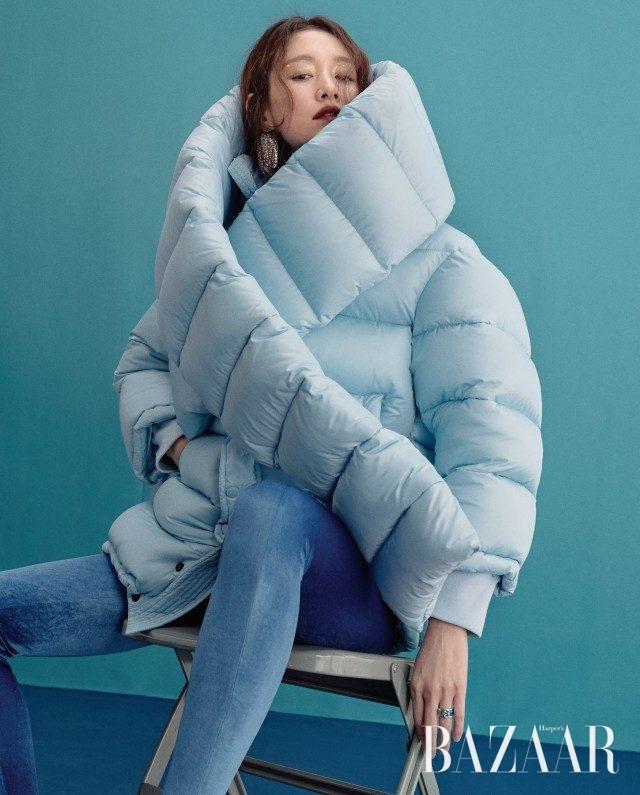 패딩 머플러, 오버사이즈 재킷, 벨벳 소재 '판타슈즈'는 모두 가격 미정으로 Balenciaga, 꿀벌 모티프 귀고리는 47만원으로 Rochas by Mue, 에나멜 소재 반지는 가격 미정으로 Gucci 제품.