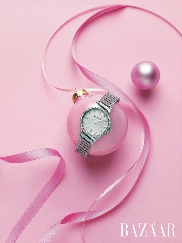 우아한 곡선미가 돋보이는 모던한 시계는 가격 미정으로 Tiffany & Co. 제품.