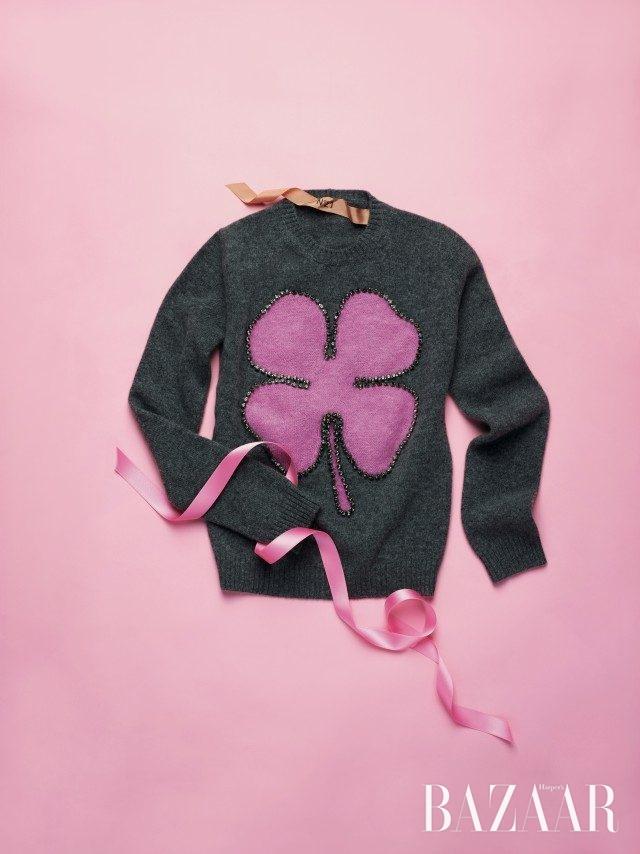 클로버 모티프에 주얼이 라이닝된 스웨터는 90만원대로 N°21 제품.