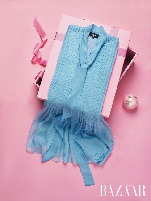 나비의 날개가 연상되는 시어한 시폰 소재 드레스는2백53만원으로 Rochas 제품.