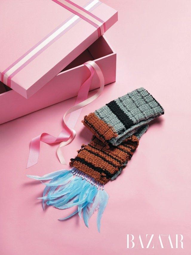 깃털과 비즈가 섬세하게 장식된 머플러는 1백32만원으로 Prada 제품.