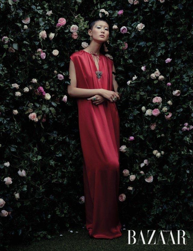 에메랄드와 옐로 다이아몬드를 세팅한 귀고리, 드레스 V존에 착용한 브로치, 오른손에 착용한 더블 링, 왼손에 착용한 블랙 오팔 세팅의 반지는 모두 '베르사유 컬렉션'으로 Dior Fine Jewelry, 슬리브리스 롱 드레스는 Balenciaga 제품.