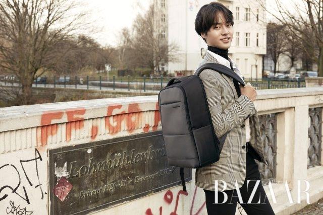 심플하면서 세련된 비즈니스 캐주얼 스타일의 MARRON backpack, Samsonite RED 제품.
