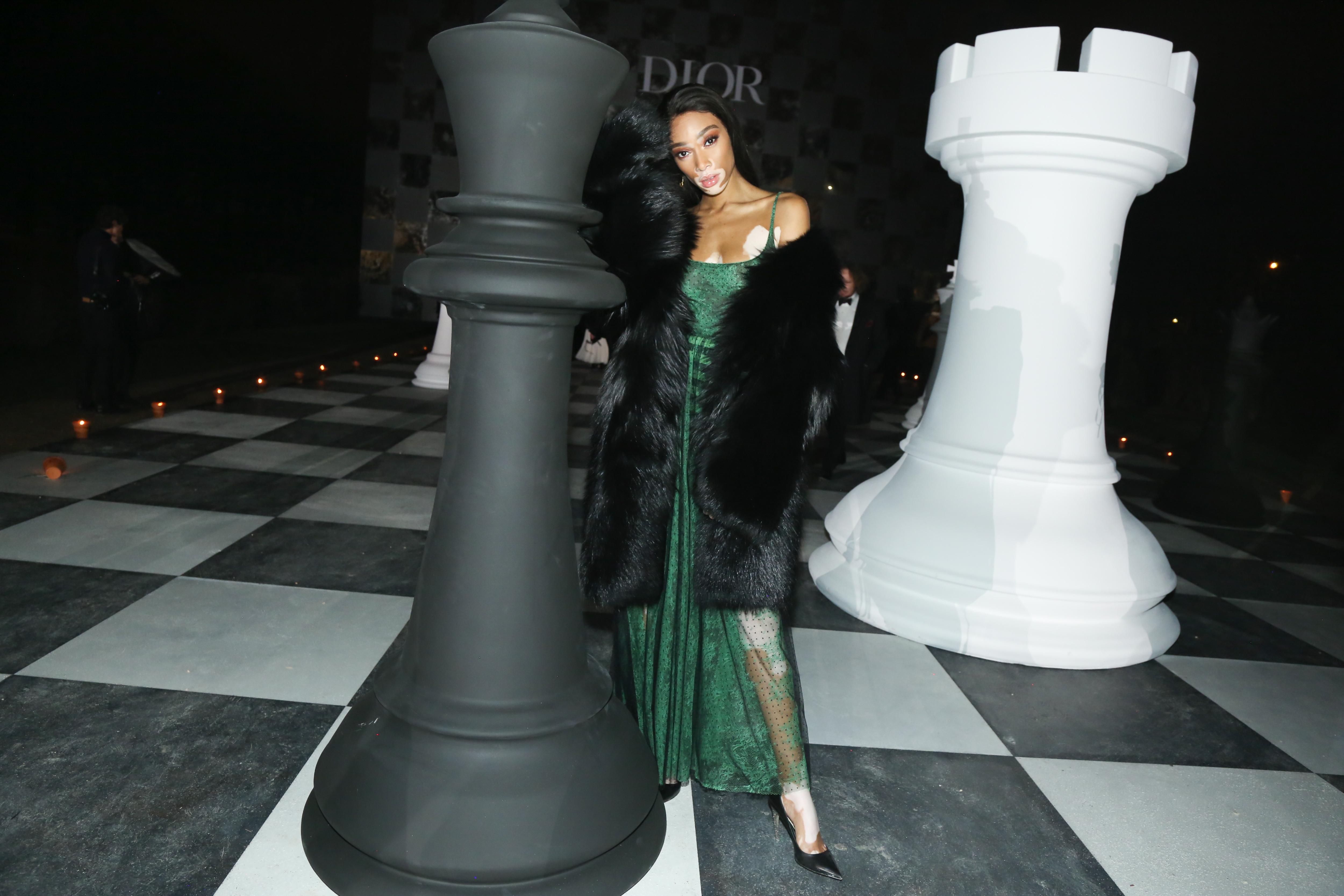 디올의 섬세한 그린 드레스를 입고 이브닝 파티로 향하는 위니 할로우.