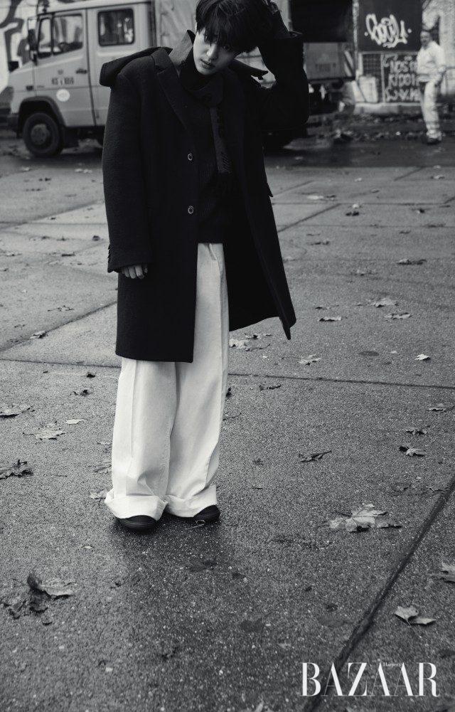 코트, 니트, 와이드 팬츠, 머플러, 스니커즈는 모두 Lanvin 제품.