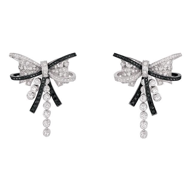 화이트와 블랙 다이아몬드가 어우러진 귀고리는 가격 미정으로 Chanel Fine Jewelry