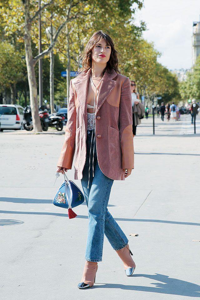 니나 리치의 재킷을 섹시한 브라 톱과 매치한 잔느 다마스.