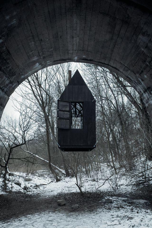 'H3T Architekti'에서 건축한 블랙 플라잉 하우스는 체코 보헤미아에 위치해 있다.