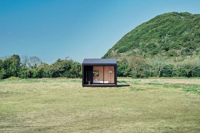 무인양품의 오두막, 허트는 내부 벽을 히노키로 만들었고 장방형의 창문을 크게 냈다.
