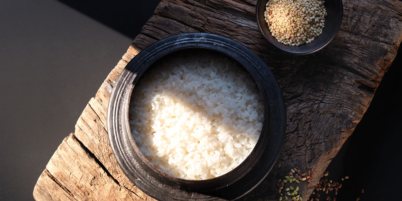 김이 모락모락 피어오르는 쌀밥만이 가진 고유의 미덕이 있다. 매일매일 마주해서 특별할 것 없다고 여겼던 아주 일상적인 식재료의 이면을 찾아 나섰다.