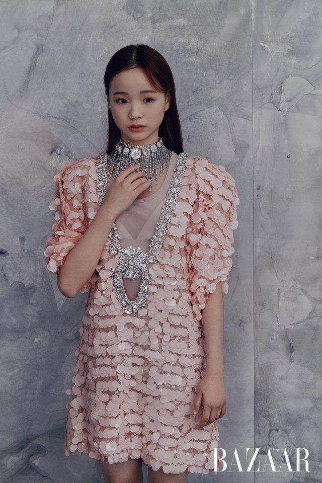 임은수가 입은 크리스털 레이어드 목걸이 디테일의 시퀸 드레스는 Miu Miu 제품.